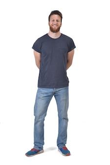 Volles porträt eines mannes mit den armen kreuzte in der rückseite