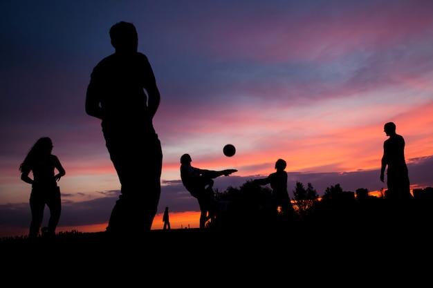 Volleyball bei sonnenuntergang