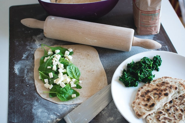 Vollkorn hausgemachter türkischer gozleme mit spinat und feta