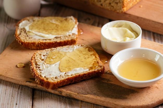 Vollkornbrotscheiben mit butter und honig