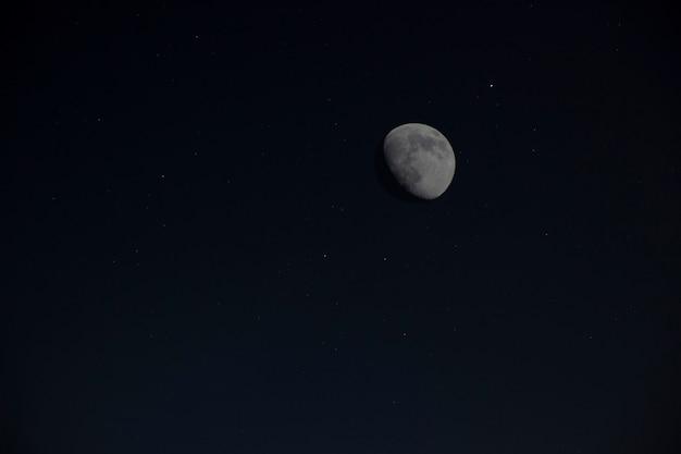 Vollmond am nachthimmel mit sternen.