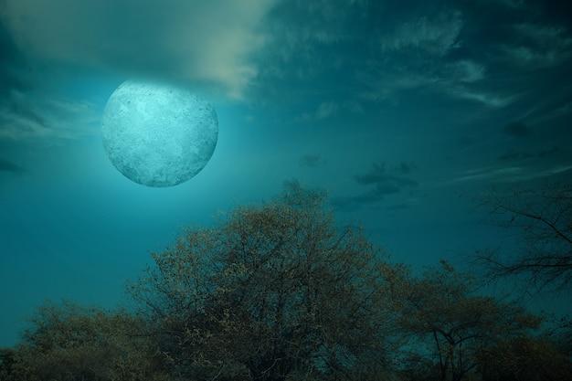 Vollmond mit dunklen wolkengebilden in der nacht. halloween-konzept