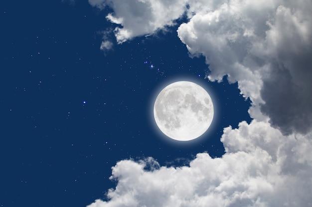 Vollmond mit sternenhimmel und wolken. romantische nacht.