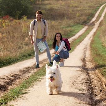 Vollschuss glückliches paar mit hund