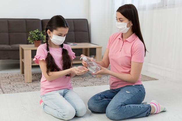 Vollschuss mutter mit desinfektionsmittel