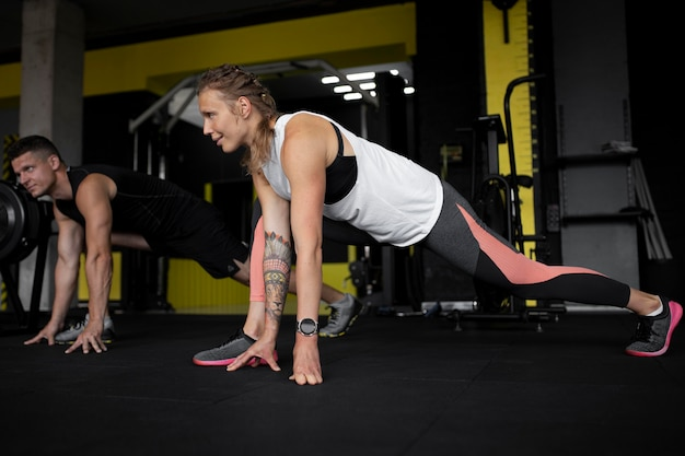 Volltreffer trainieren im fitnessstudio