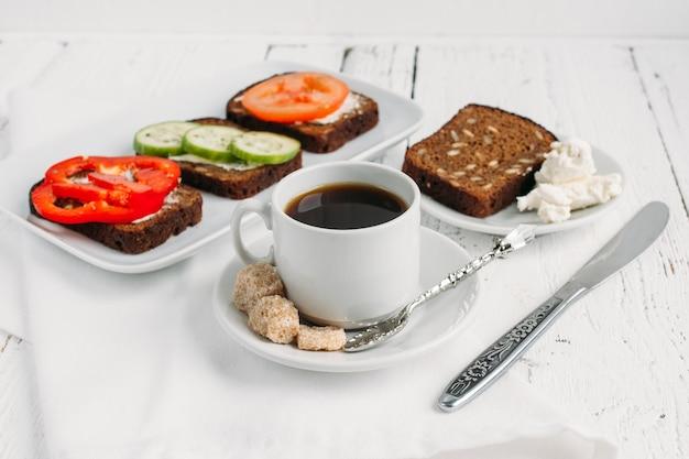 Vollwertiges frühstück mit vegetarischen sandwiches und kaffee