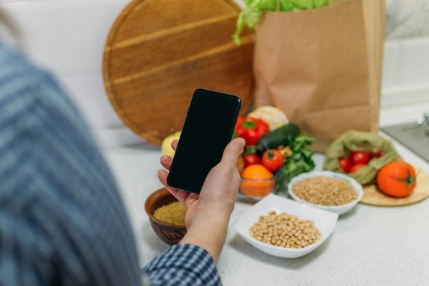 Vollwertkost pflanzliche ernährung zur steigerung der gesundheit weibliches handhandy mit pflanzlichen menürezepten und