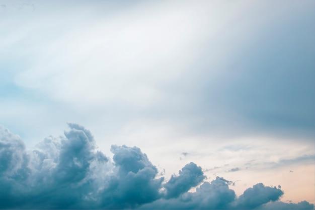 Volumenwolken auf einem epischen hintergrund des blauen himmels