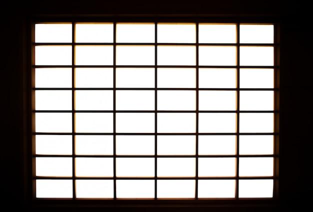 Vom fenster des shoji-bildschirms scheinen lichter in den raum.