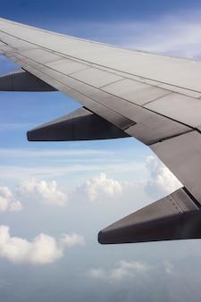 Von den fenstern des flugzeuges schauen