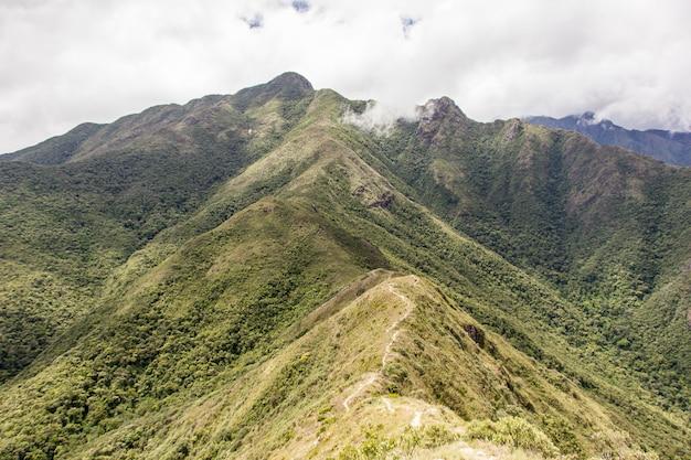 Von der dünnen bergstrecke in brasilien