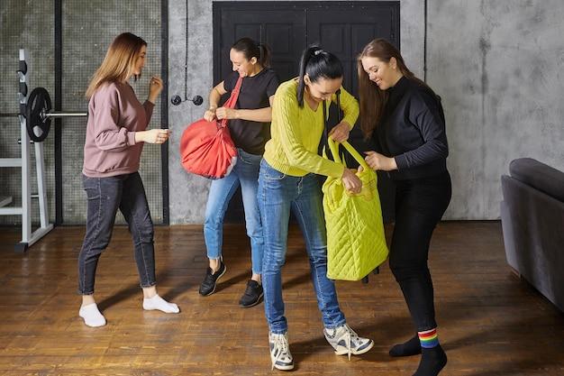 Von der reise zurückkehrende schwestern besorgen für ihre töchter souvenirs aus reisetaschen