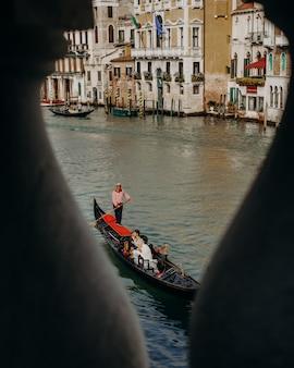 Von einer brücke blick auf das schöne paar während einer kanalfahrt