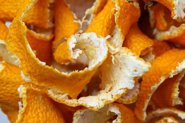 Von getrockneten mandarinen schälen, spiralförmig verdreht, in loser schüttung.