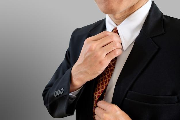 Von hand eingestellte krawatte.
