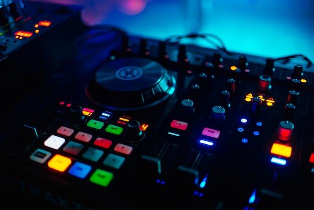 Von hinten beleuchtete tasten für musikprofi-mixer-djs zum abspielen von musik