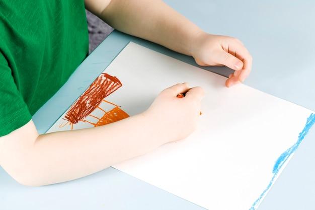 Von kindern gezeichnete bleistiftzeichnung auf einem weißen blatt papier, kreativität und entwicklung der kinder, zeichentraining in der schule