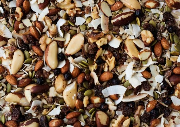 Von nüssen mit rasins als gesunder snack gemischt