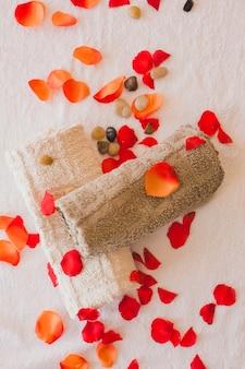 Von oben blick auf handtücher und blütenblätter