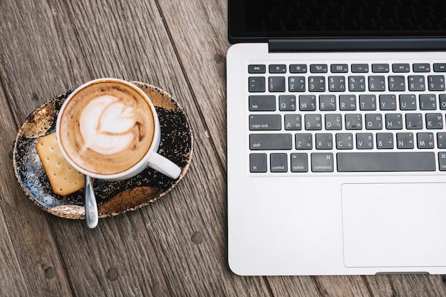 Kaffee in der nähe von tipparbeit | Kostenlose Foto