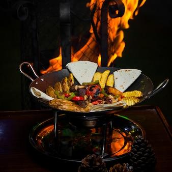 Von oben sack mit fleisch und feuerkegelkegel im tisch