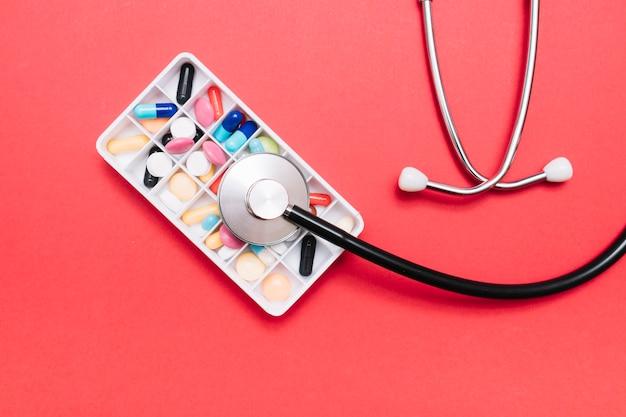 Von oben stethoskop auf pillen