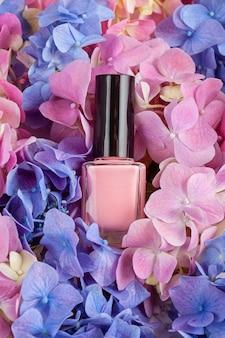 Von rosa lack auf dem bett von hortensia. modeschönheitskonzept in den modischen pastellfarben