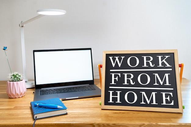 Von zu hause aus arbeiten remote-arbeit inspirierende social media lightbox message board neben dem laptop