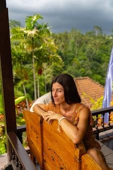 Vor dem regen. nette brünette weibliche person, die tief in ihren gedanken ist und exotische natur genießt enjoying
