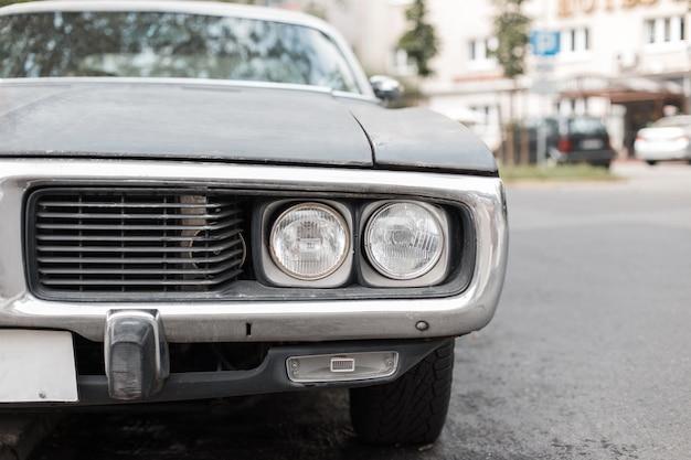 Vor dem retro-auto mit einem scheinwerfer-muscle-car