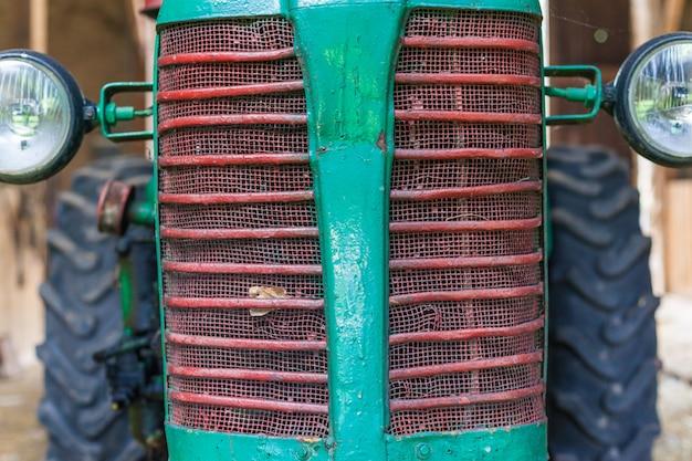 Vor einem alten kleinen traktor für bauern.