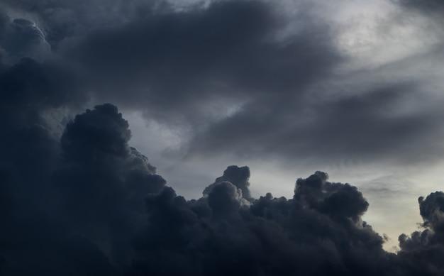 Vor starkem regensturm. am himmel ist alles von den wolken bedeckt.