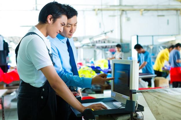 Vorarbeiter in einer fabrik erklärt etwas