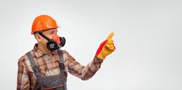 Vorarbeiter in persönlicher schutzausrüstung, der auf etwas zeigt. banner.