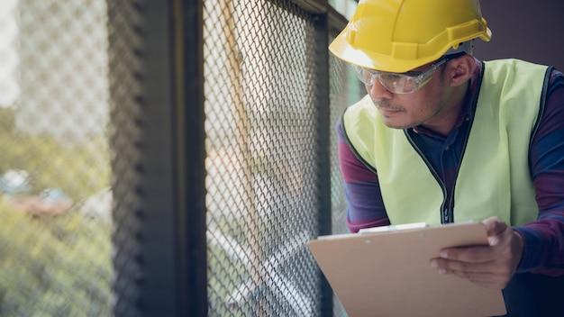 Vorarbeiter inspektor defekt über ingenieur und architekt arbeiten hausbau