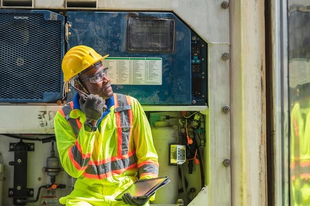 Vorarbeiter logistikpersonal mit schutzhelm und walkie talkie