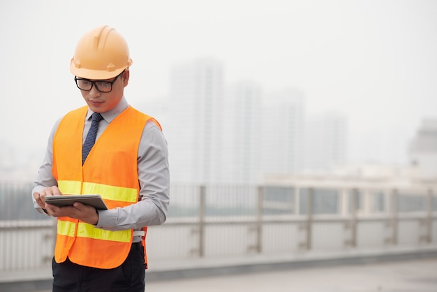 Vorarbeiter mit digitaler tablette
