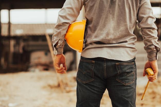 Vorarbeiter prüft die ordentlichkeit des gebäudes