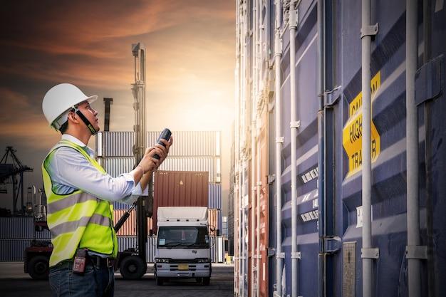 Vorarbeiter steuern das laden der containerbox für logistik