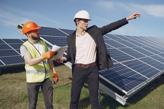 Vorarbeiter und geschäftsmann an der solarenergiestation.