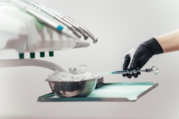 Vorbereiten der zahnmedizinischen spritze, nahaufnahme.