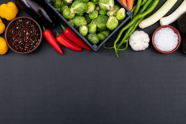 Vorbereiten des gemüses für eine köstliche gemüsesuppe