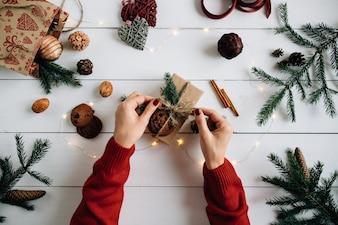 Vorbereiten für Weihnachten. Weihnachtshandwerk, Tannenzapfen, Tannenzweigen, Weihnachtsbeleuchtung.
