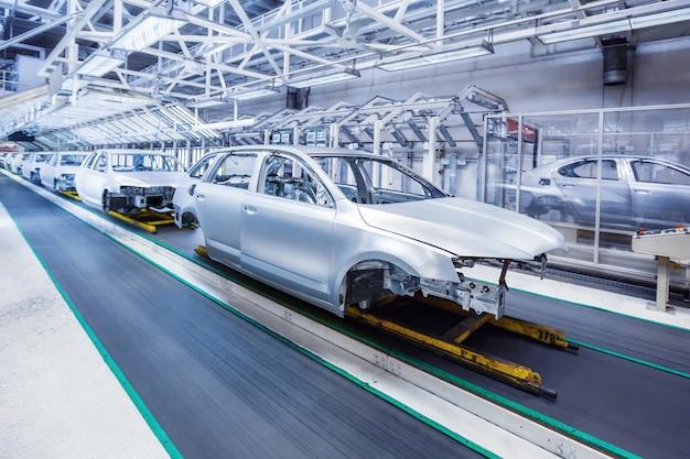 Vorbereitetes chassis in einer reihe im autowerk