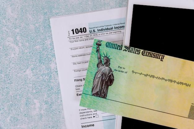 Vorbereitung antragsformular 1040 us-einkommensteuererklärung des digitalen tablet-notizblocks stimulus wirtschaftssteuererklärung prüfen