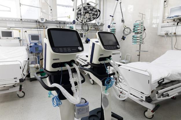 Vorbereitung auf die coronovirus-epidemie. krankenwagenstation in kiew. intensivstation mit künstlichem lungenbeatmungsgerät