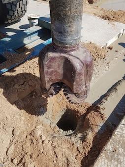 Vorbereitung der bohranlage für die arbeit. werkzeuge und ausrüstung zum perforieren von öl- und gasquellen. bohren für das studium der geologie. ausgeklügelte bohrausrüstung.