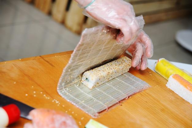 Vorbereitung der brötchen. japanisches essen