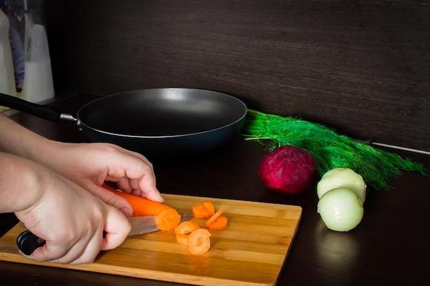 Vorbereitung der ukrainischen suppe - borschtsch. kartoffelkarotten putzen und schneiden.